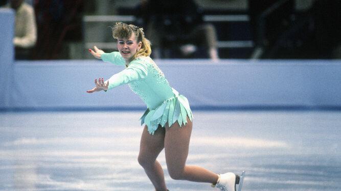 Tonya en uno de sus ejercicios previos a Lillehammer, con uno de sus horrendos vestidos.