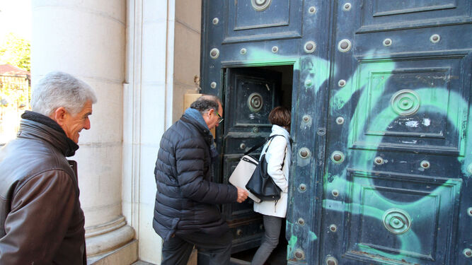 Varios de los técnicos del Ministerio entran en el Banco de España, en la plaza de la Monjas.