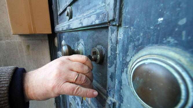 La puerta del inmueble construido por José Yarnoz Larrosa entre 1935 y 1938.