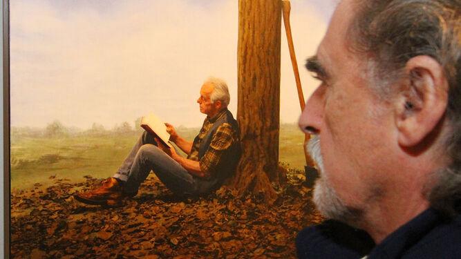 Un hombre analiza una de las obras del holandés Teun Hocks, expuestas en la Sala de los Brazos.