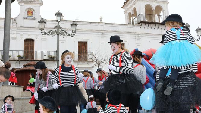 Alumnos de un centro de Educación Infantil en la plaza Redonda de Cartaya.