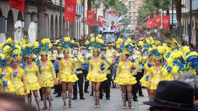 Un momento de la cabalgata carnavalera a su paso por la Gran Vía de Huelva en la pasada edición del Carnaval Colombino.