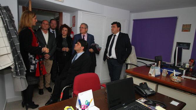 Rocío Pérez muestra las instalaciones de Cocemfe-Huelva a Gabriel Cruz, Mª Eugenia Limón, Rafael López y representantes de la Fundación ONCE y la Caixa.