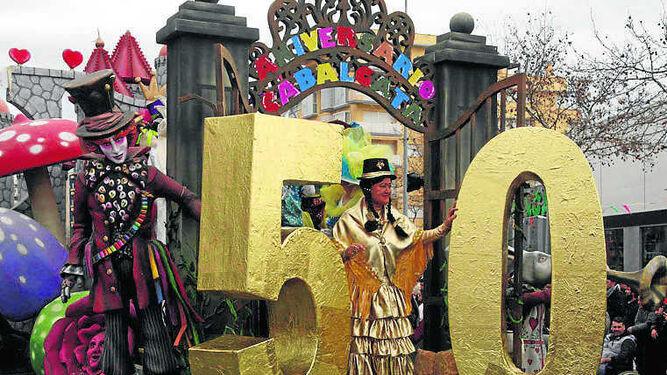 Una de las carrozas hizo alusión al aniversario del desfile carnavalero.