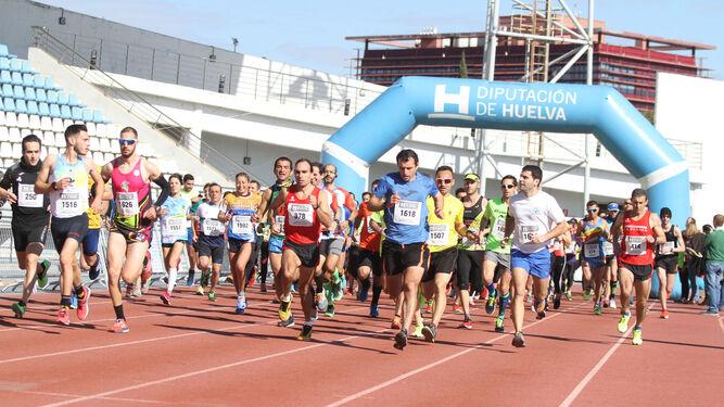 Éxito de participación y público en la carrera popular organizada por Feafes-Huelva, ayer.