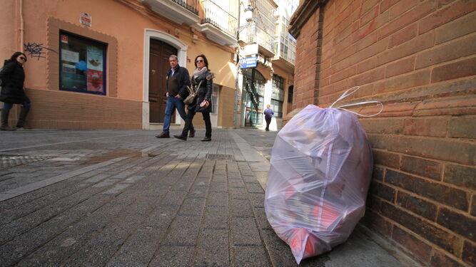 Bolsa de basura, ayer, en la esquina de Gobernador Alonso con Rico.