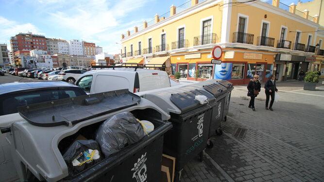 Contenedores llenos de bolsas de basura, ayer por la mañana, en la céntrica calle Bocas de la capital onubense.