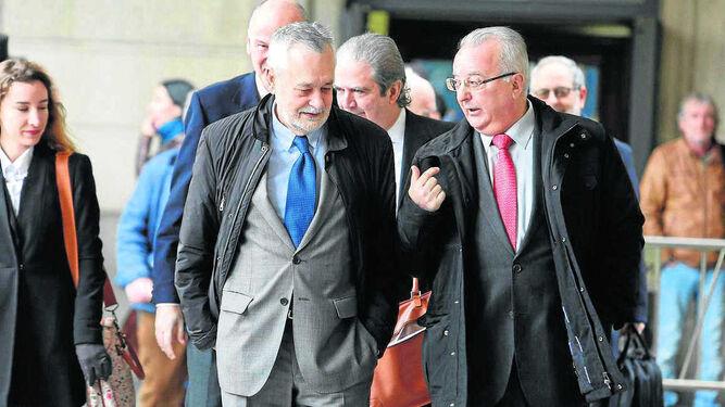 El ex presidente Griñán conversa con el ex consejero de Empleo Antonio Fernández, a la llegada a la Audiencia.