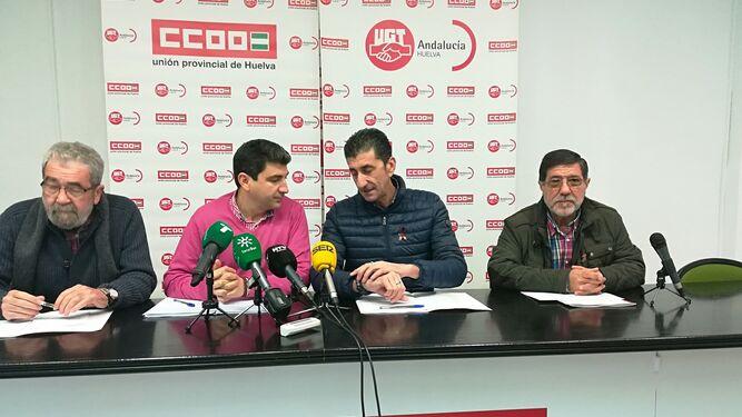 José Dolores González, Emilio Fernández, Sebastián Donaire y Emilio Remesal, ayer, en la sede de Comisiones Obreras de Huelva.