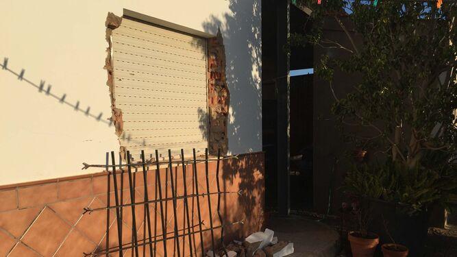 Los ladrones accedieron a vivienda por la ventana tras arrancar la reja.