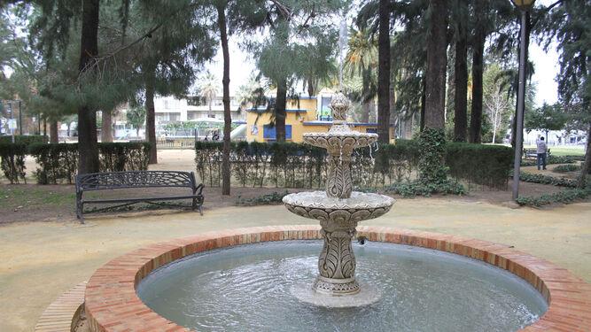 Vuelven los chorros de agua al estanque de los Jardines del Muelle tras su reparación.