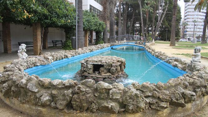 La pequeña fuente de la zona ajardinada. A la derecha la fuente central del parque y el merendero.