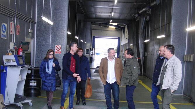 Manuel Ceada, a la derecha, en su visita a la estación de Zalamea.