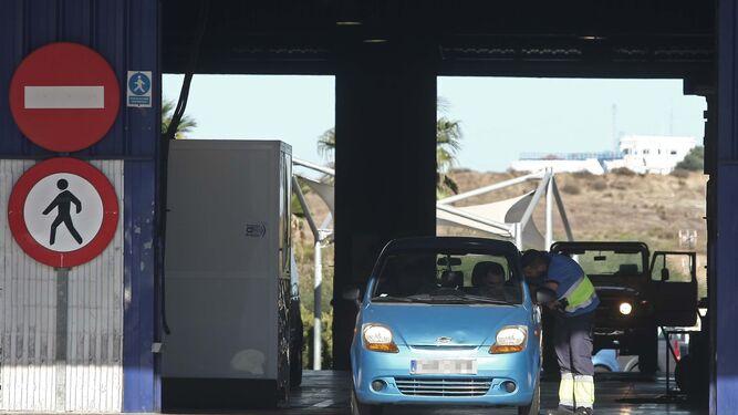 Un vehículo durante la inspección técnica.