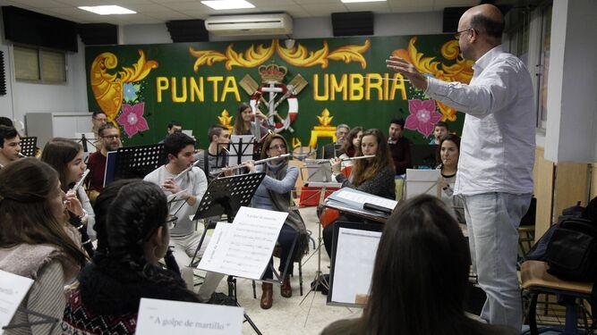 1. 2.3. Distintos momentos de uno de los ensayos realizados para el espectáculo Carnaval Sinfónico, que se presentará en el Teatro del Mar.