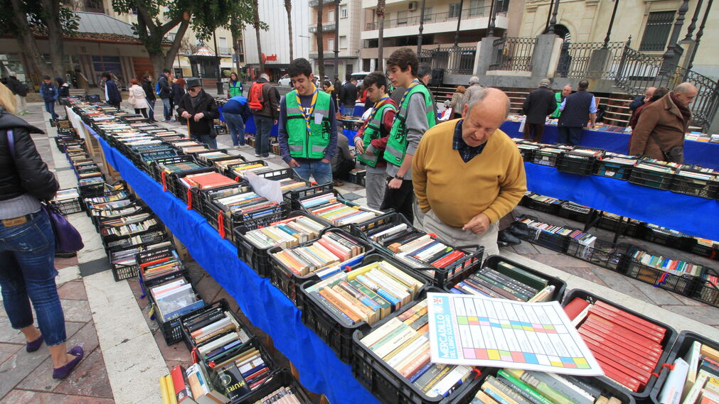 Imágenes del XVIII Mercadillo del Libro Solidario organizado por la ONG Ayre Solidario