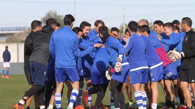 Los jugadores del Recreativo bromean al término de un ejercicio en una sesión de entrenamiento reciente.