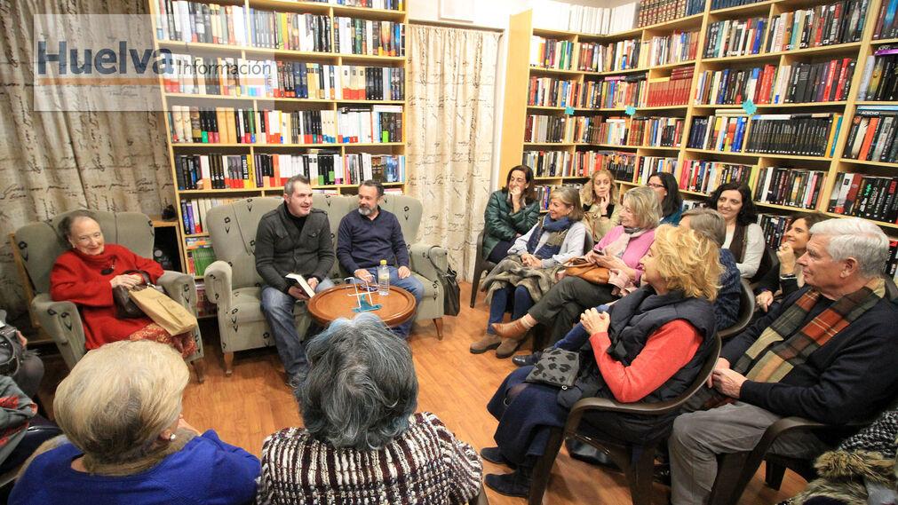 Imágenes de la presentación del libro 'El secreto de la tritona', de Manuel Pinomontano. En la librería La dama culta