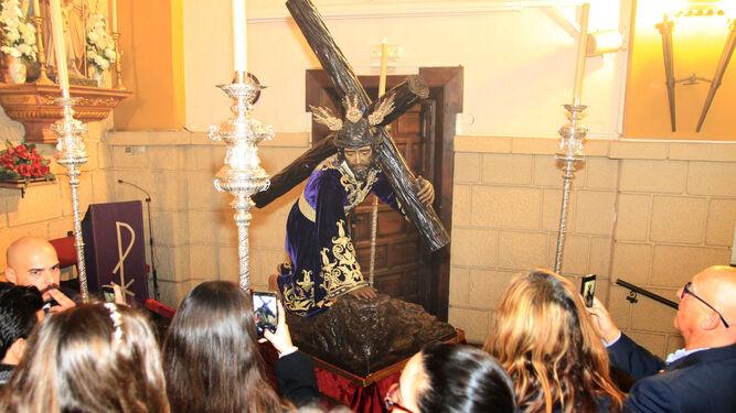 El Señor tras dejar su capilla y ser trasladado hasta el altar mayor del Polvorín.