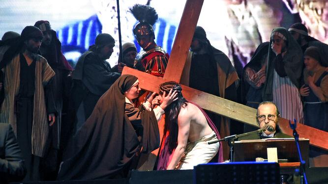El encuentro de Jesús en la calle de la Amargura en la obra representada con Cantores de Híspalis.