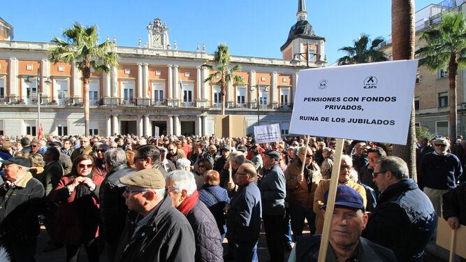 Uno de los manifestantes porta una pancarta ante el antiguo edificio del Ministerio de Hacienda.