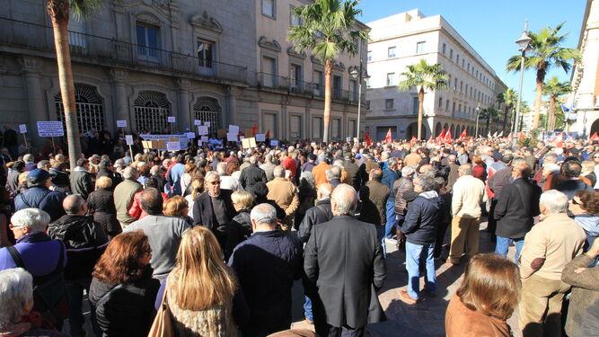 Los pensionistas que participaron ayer en la manifestación, convocada por la Plataforma Onubense, se concentraron en la plaza de la Constitución.