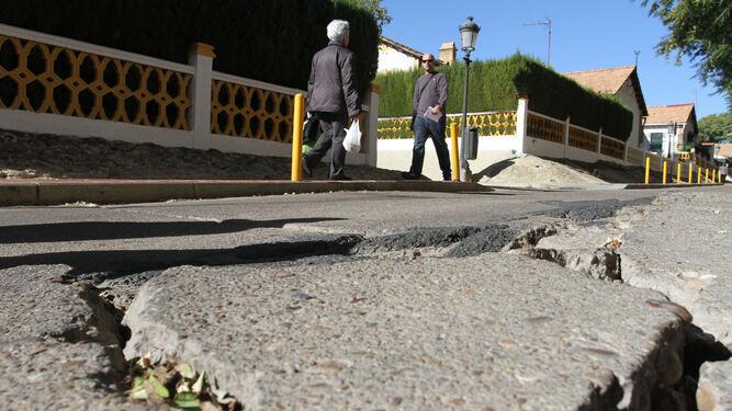 Algunas de las grietas que tiene el asfaltado de las calles del Barrio Obrero.