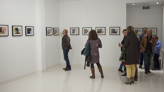 Una de las multitudinarias inauguraciones de pintura que acoge la sala de exposiciones DBAT en Gibraleón con regularidad.