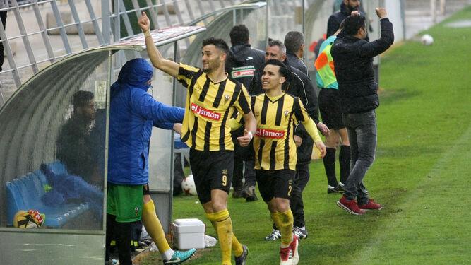 El aurinegro Higor Rocha festeja uno de los goles que le marcó al Alcalá, ayer en el Ciudad de Lepe.