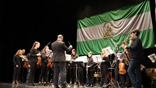 Asistentes al acto en el teatro Felipe Godínez.