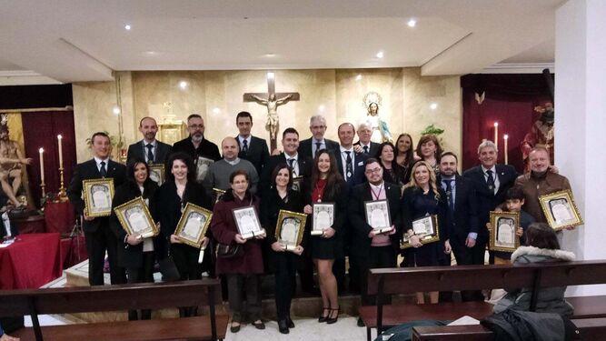 Grupo de cofrades que han recibido el reconocimiento de la Hermandad de la Redención.