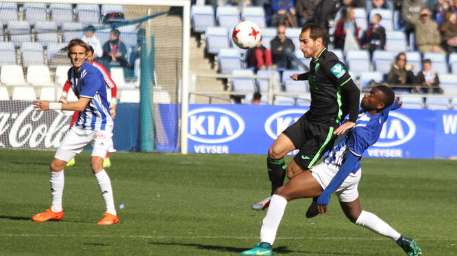 Traoré intenta robarle el balón a un jugador del Granada B ante la atenta mirada de Sergio González en el encuentro jugado entre ambos conjuntos en la primera vuelta.