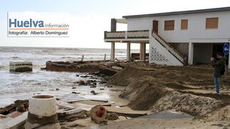 Imágenes de la visita de Rajoy y Susana Díaz a la playa de La Antilla