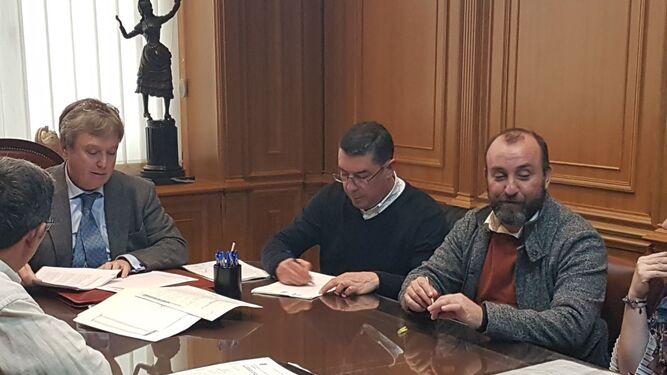 Manuel Domínguez y David Vivas, en el momento de la firma; a la derecha, Laura Pichardo y José Antonio Ramos rubrican el acuerdo.