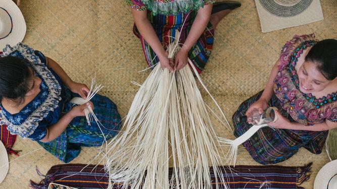 Mujeres tejiendo en el taller guatemalteco.