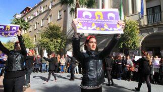 Imágenes de la performance y de la  la lectura del manifiesto reivindicativo del Día Internacional de las Mujeres