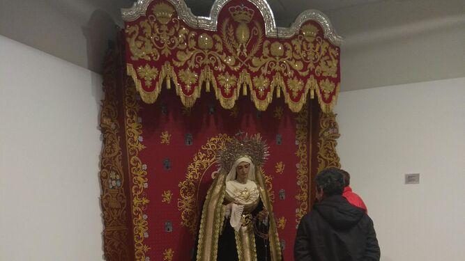 Algunas de las imágenes así como escenas de misterios a pequeña escala que forman parte de la exposición que se puede ver en el Teatro Sierra de Aracena.