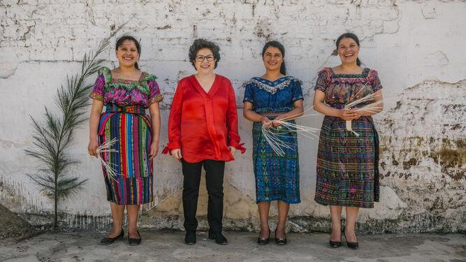 Drake (centro), con algunas de las trabajadoras pioneras.
