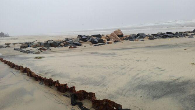 El muro de tablestacas dañado por el oleaje a causa del temporal.
