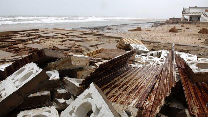 Destrozos en la playa de La Antilla.