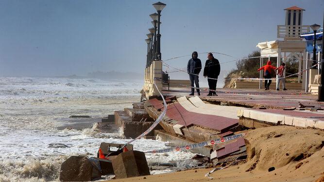 Paseo marítimo de Isla Cristina destrozado por el temporal.