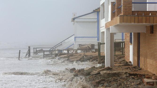 El agua del mar llega hasta los cimientos de una vivienda de la playa de La Antilla.