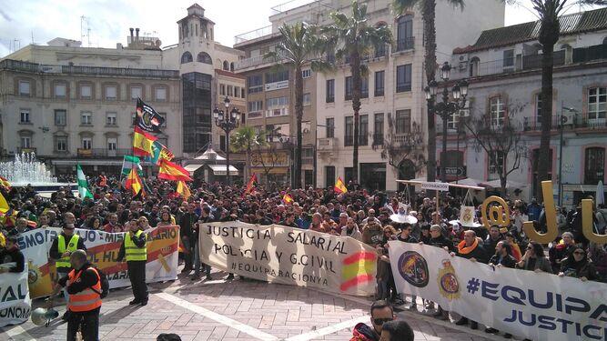 Parte de los manifestantes, a su llegada a la plaza de las Monjas tras la marcha desde la avenida de Andalucía.