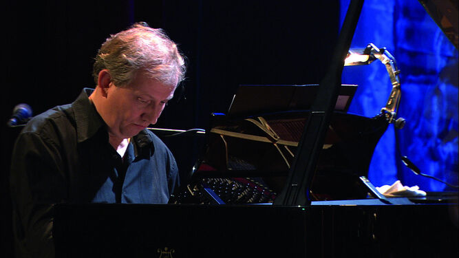 Wim Mertens, en dos de sus conciertos. La imagen pequeña ilustra el DVD 'What you see is what you hear', grabado en Amberes en 2005.
