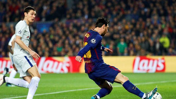 Leo Messi remata con la derecha tras una veloz acción para lograr el 1-0 a los dos minutos de partido.