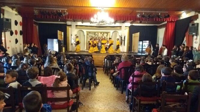 Los escolares cartayeros disfrutaron y se lo pasaron en grande en la peña flamenca de Punta Umbría, donde conocieron los entresijos de nuestra manifestación artística más universal, Patrimonio de la Humanidad.
