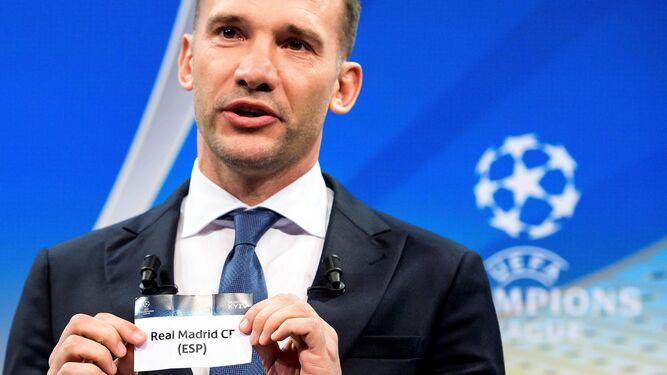 Shevchenko, embajador de la final, saca la papeleta del Real Madrid.