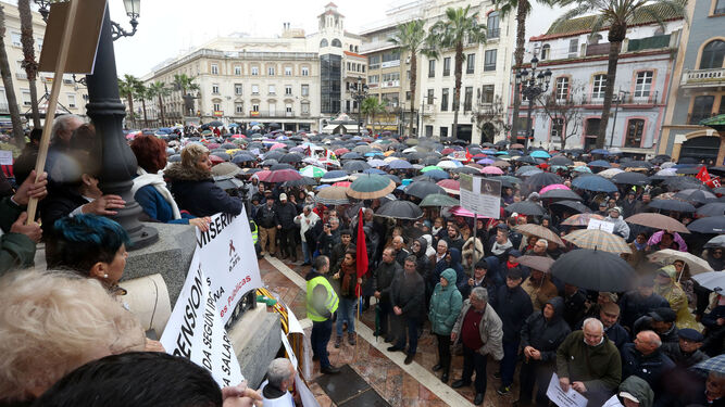 Concentración final en la Plaza de las Monjas, abarrotada de participantes bajo los paraguas que acompañaron en todo momento la manifestación en la capital onubense.