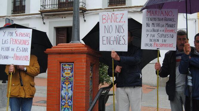 Manifestantes en la plaza del Ayuntamiento de Valverde del Camino.