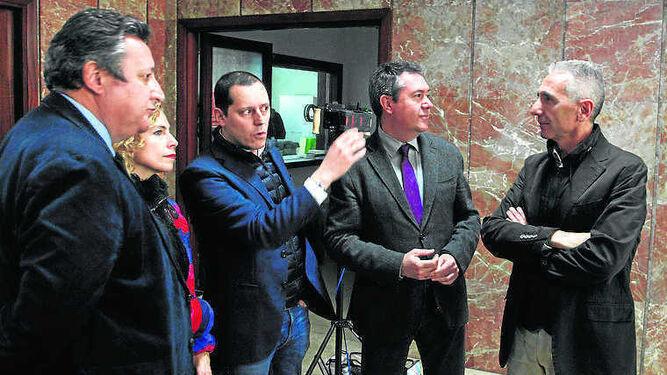 El productor Olmo Figueredo (centro) junto a José Antonio del Saz, de  Canal Sur; Isabel Ojeda, directora de Cultura del Ayuntamiento de Sevilla;  el alcalde Juan Espadas y el consejero Miguel Ángel Vázquez.